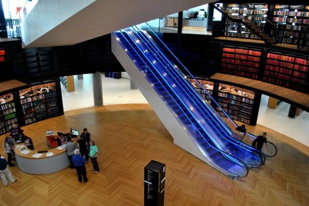 O prédio da nova biblioteca impressiona, mas e seus serviços?