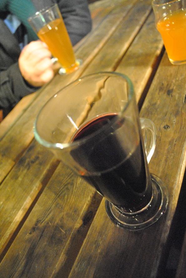Favoritos das noites frias: mulled wine (à frente) ou hot cider? (ao fundo) - Fotos: Melissa Becker