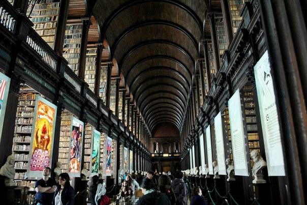 Na antiga biblioteca do Trinity College, o espaço conhecido como Long Room - Fotos: Melissa Becker